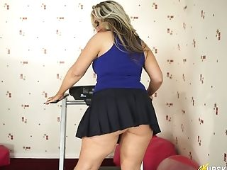 Big Bottomed Blondie Mummy Kellie O Brian Shows Off Her Booty Upskirt