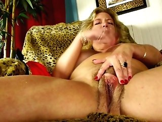 Matures.nl Introduces Granny Finger-tickling Her Hairy Coochie