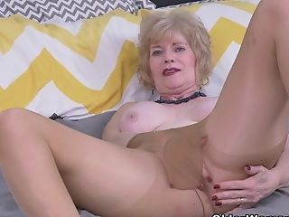 Usa Gilf Justine Gives Her Hairy Gash A Treat