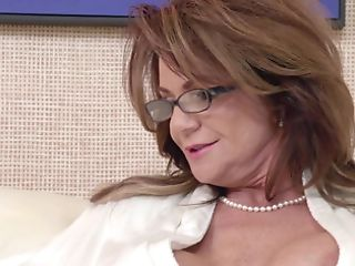 A Dark Haired Matures Lady Is Opening Up Her Poon So She Could Get...