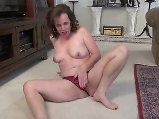 Yankee Cougar Sonnic Works Her Shaven Labia With Her Frigs