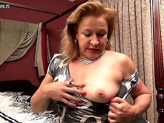 Hairy Yankee housewife playing with her hairy cunt