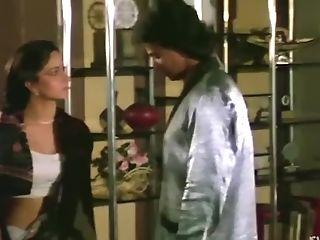 Hot Saree Clad Indian Cutie Displaying Her Hot Bod