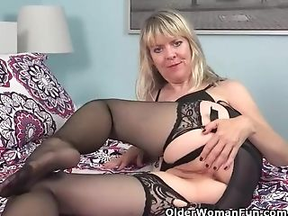 Yankee Cougar Jamie Foster Fake Penises Her Shaven Cunt