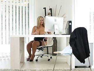 Fuckfest-appeal Beauty Crystal Swift Masturbates Her Perky Cooter