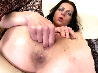 Real unexperienced mom needs a good fuck