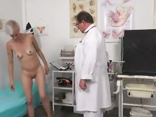 Hot Cougar Belinda Bee Perverse Gynecology Examination