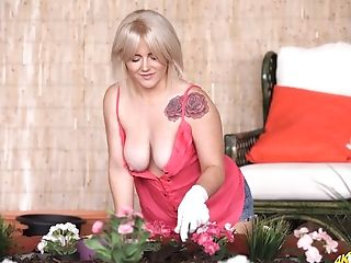 Blonde Housewife Lizzie And Her Popping Out Of Tee-shirt Big Boobies