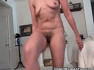 Usa Mummy Gypsy Vixen Strips Off And Fumbles Her Hairy Cootchie