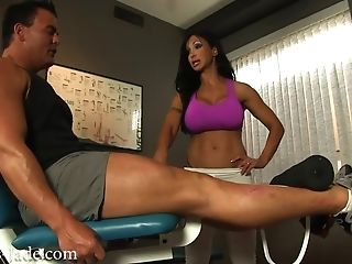 Huge-titted Dark-haired Mom Jewels Jade Seduced Muscled Dude In Gym