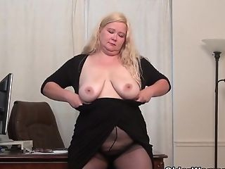 Yankee Bbw Mummy Jacks Loves Dildoing At The Office